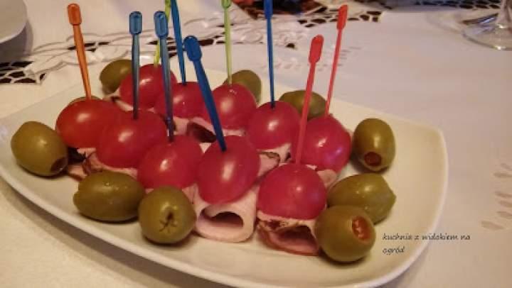 Oliwki zawijane w boczku z pomidorkiem. Szybka imprezowa zakąska. Mini koreczki.