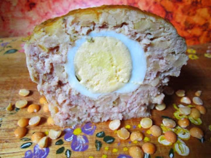 Pieczeń- klops grochowo- mięsny z jajkiem w środku