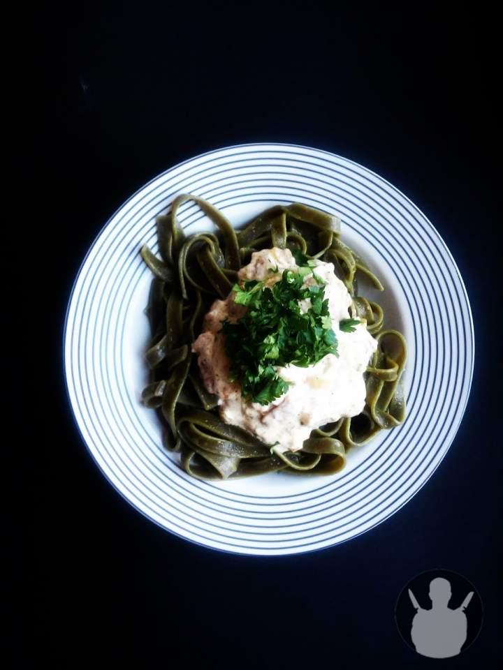 Zielone tagiatelle z białą kiełbasą i sosem czosnkowo-śmietanowym