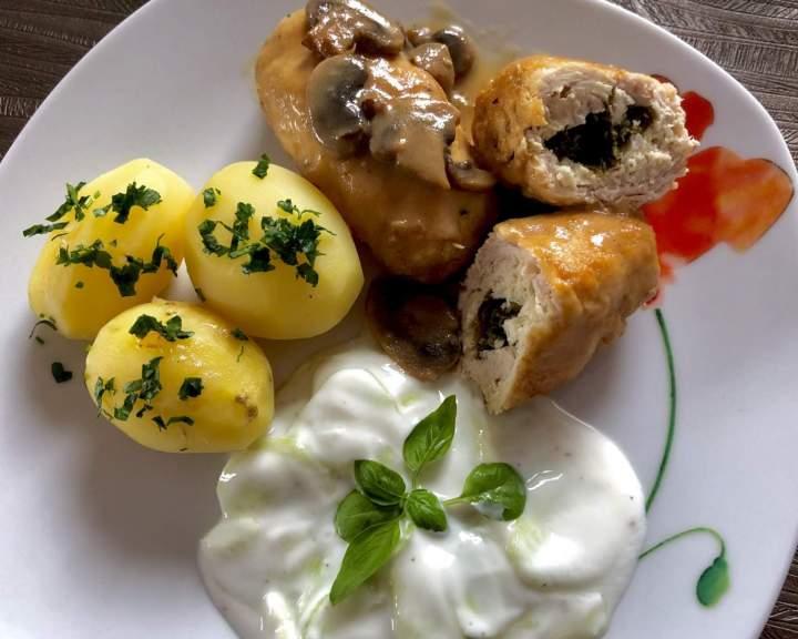 Roladki drobiowe ze szpinakiem i fetą w sosie pieczarkowym