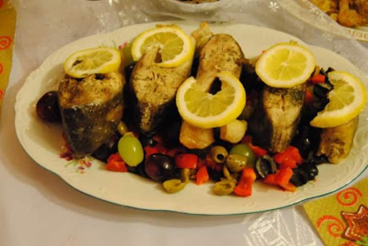 Pieczony karp z winogronami, oliwkami i papryką