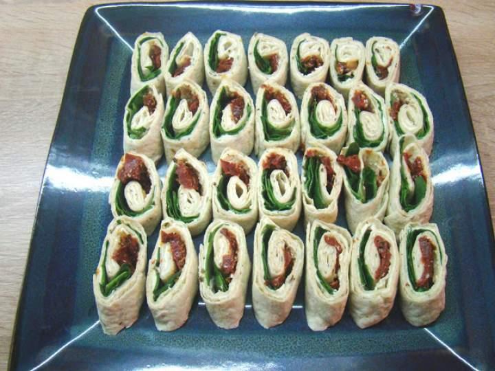 Roladki z tortilli z suszonymi pomidorami i szpinakiem