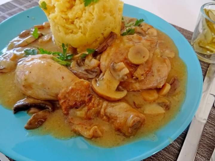 Kurczak duszony w sosie pieczarkowym