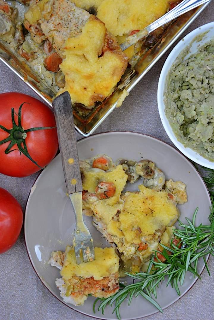 Kurczak zapiekany z bobem i marchewką pod beszamelem