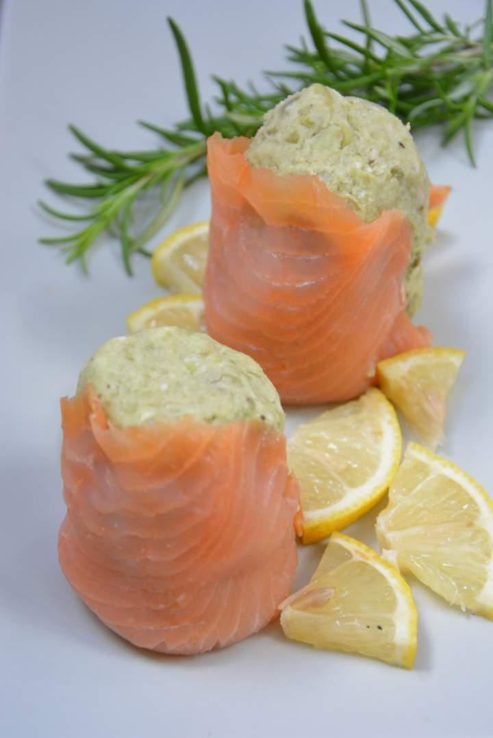 Kremowa pasta z bobu i mascarpone otulona łososiem