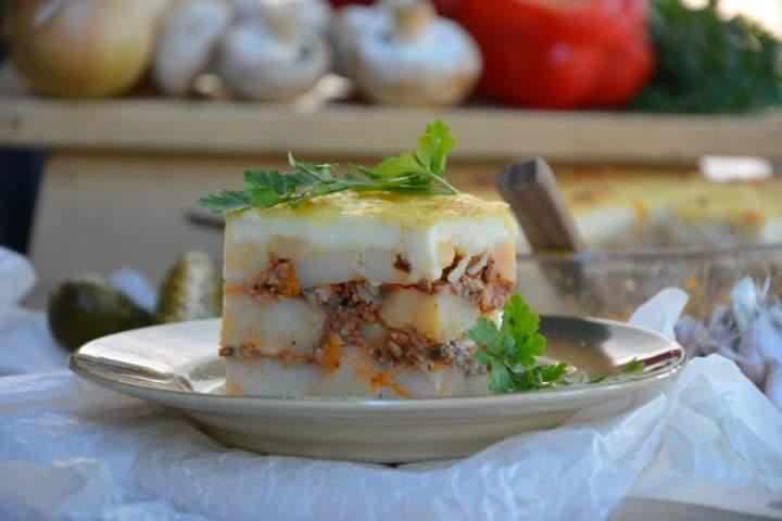 Warstwowa zapiekanka ziemniaczana z mięsem mielonym pod beszamelem
