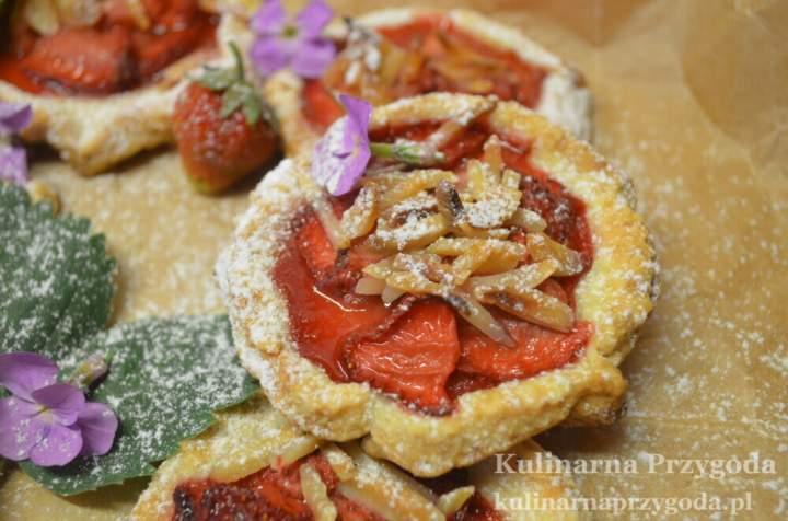 Cudne rustykalne tarty z truskawkami i migdałami