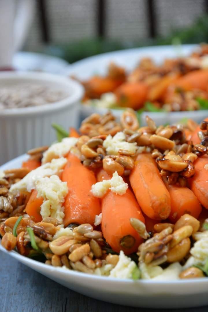 Młode marchewki z mozzarellą i karmelizowanym orzechami ze słonecznikiem