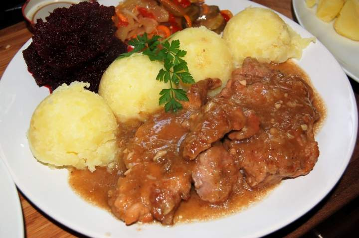 Duszone mięso w aromatycznym ,sosie pieczeniowym
