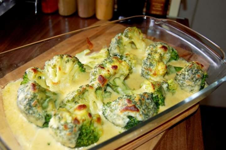 Brokuły zapiekane w sosie serowym