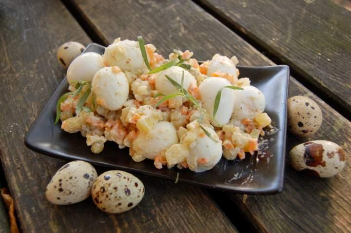 Sałatka jarzynowa z przepiórczymi jajkami, zdrowo i smacznie