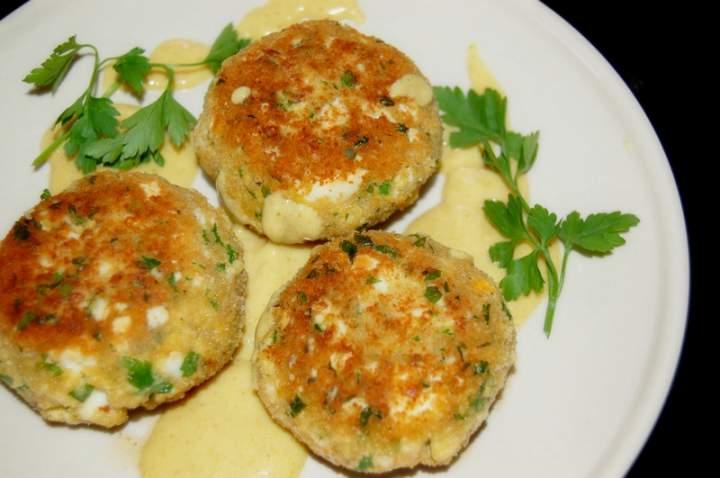 Kotlety jajeczne z pietruszką i sosem musztardowym