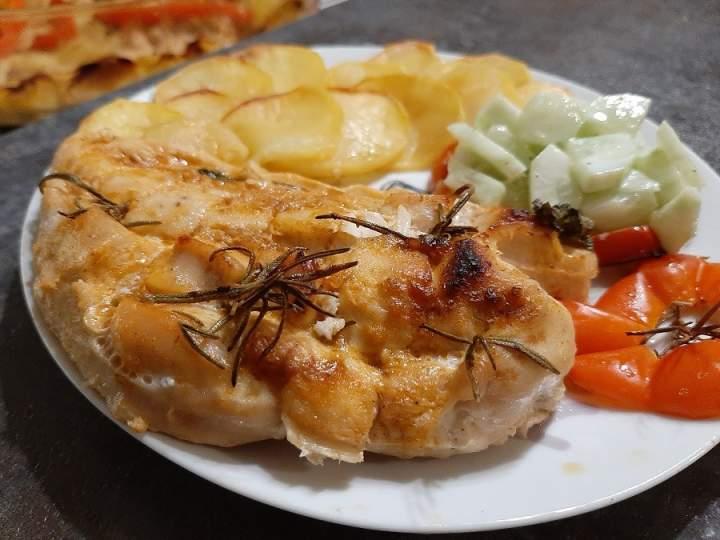 Delikatne piersi z kurczaka pieczone z ziemniakami, papryką i rozmarynem