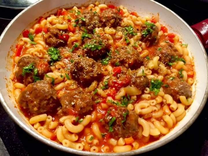 Klopsiki w sosie pomidorowo-paprykowym z makaronem  (danie jednogarnkowe)