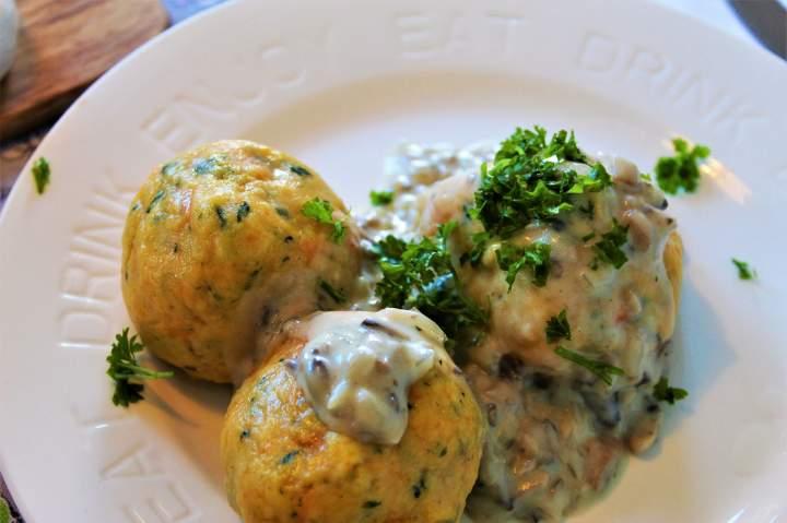 Kluski dyniowo-ziemniaczane ze szpinakiem. / Pumpkin and potatoes dumplings with spinach
