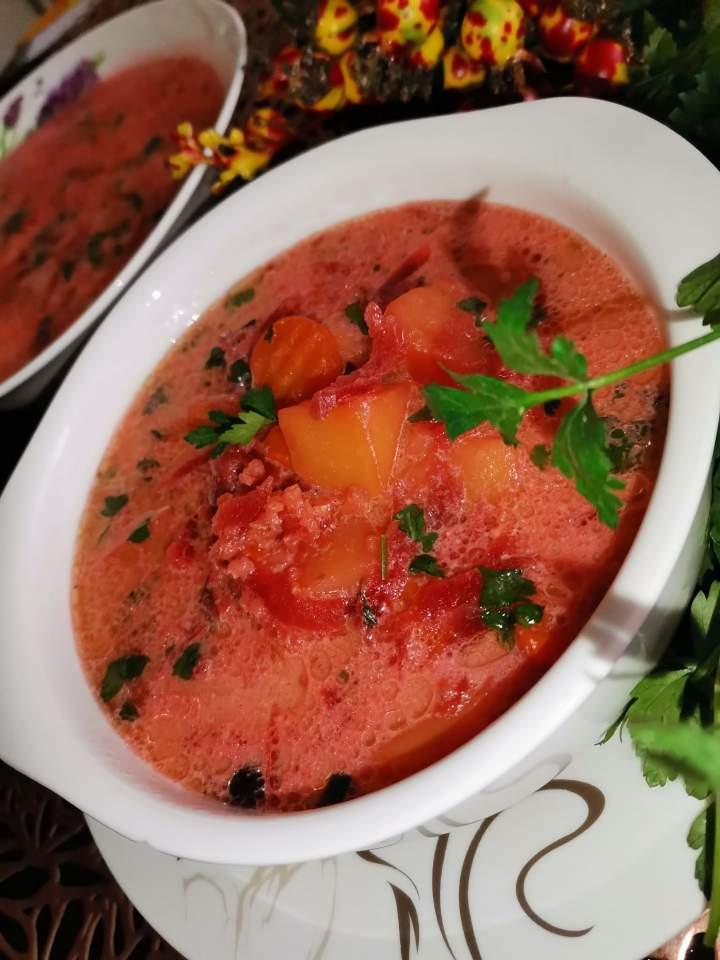 Zupa buraczkowa z ziemniakami i kaszą jęczmienną