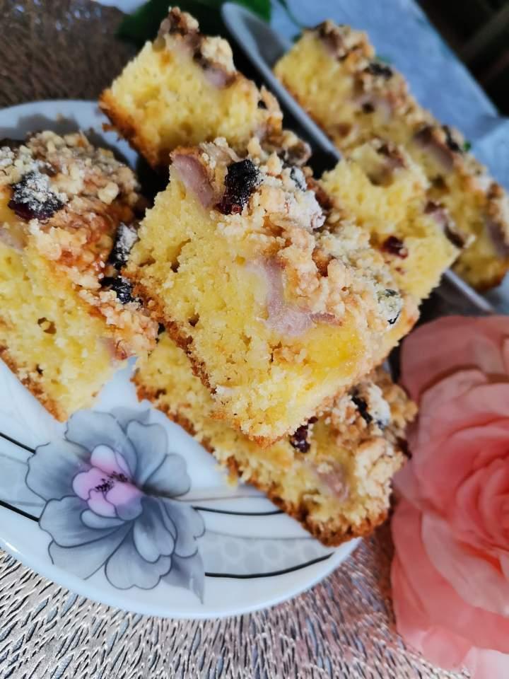 Ciasto widelcem mieszane z owocami i kruszonką