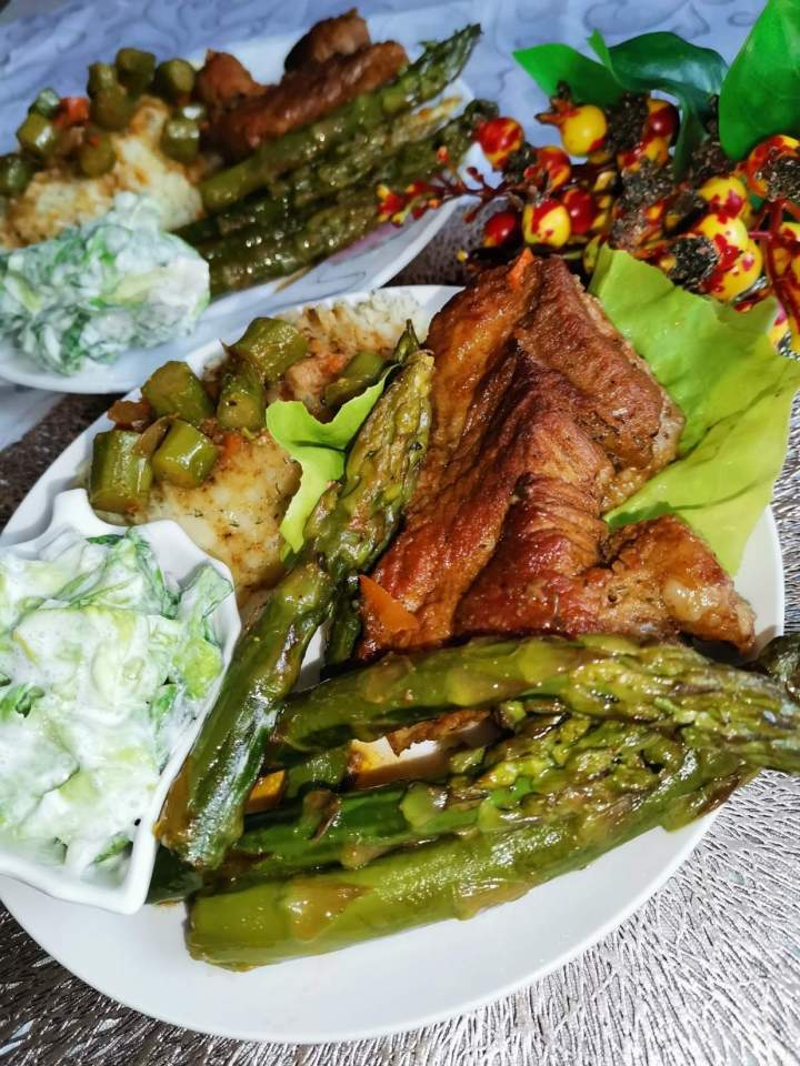 Sztuka mięsa w sosie własnym ze szparagami