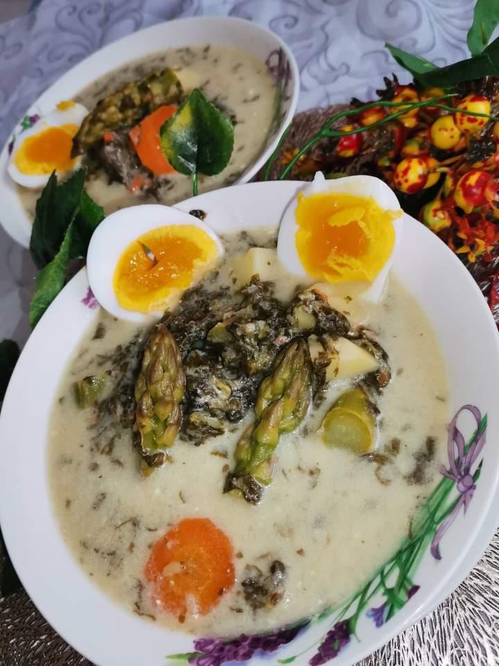 Zupa szczawiowa ze szparagami zabielona serkami topionymi