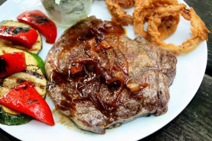 Steak z antrykotu z karmelowo cebulowym sosem
