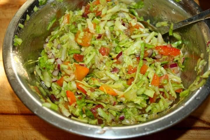 Surówka z młodych warzyw i kapusty