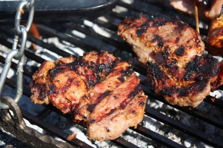 Karkówka marynowana w mleku i cebuli – grill