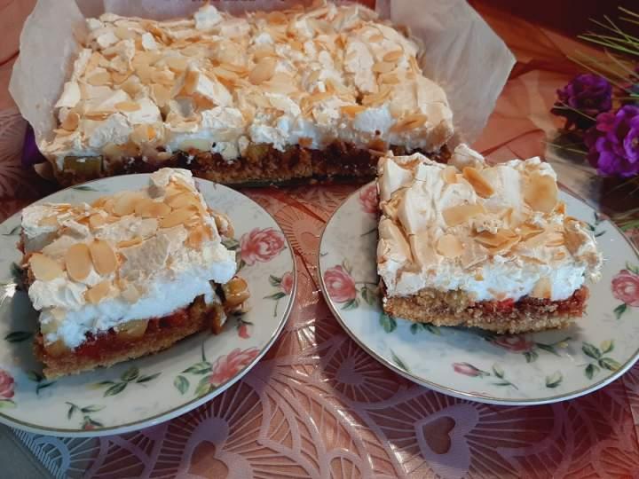 Kruche ciasto z rabarbarem, truskawkami i pianką bezową