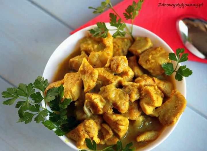 Kurczak w mleczku kokosowym z czosnkiem i curry.