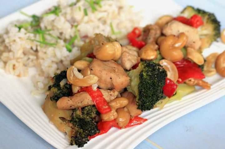 Kurczak z ryżem i warzywami.