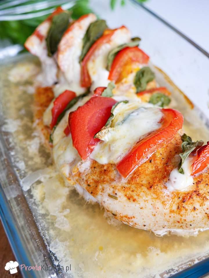 Kurczak zapiekany z mozzarellą i pomidorami