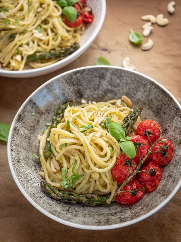 Makaron ze szparagami i pieczonymi pomidorkami