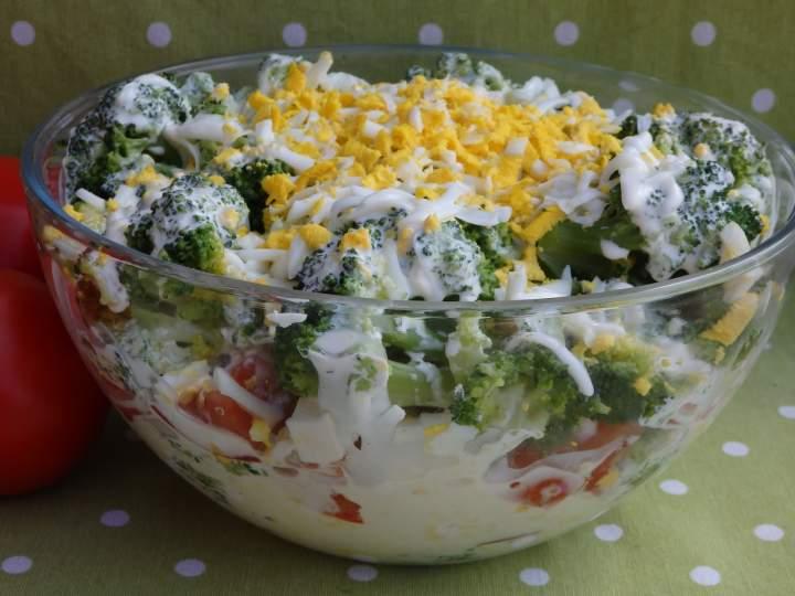 Sałatka warstwowa z brokułem pod sosem czosnkowym