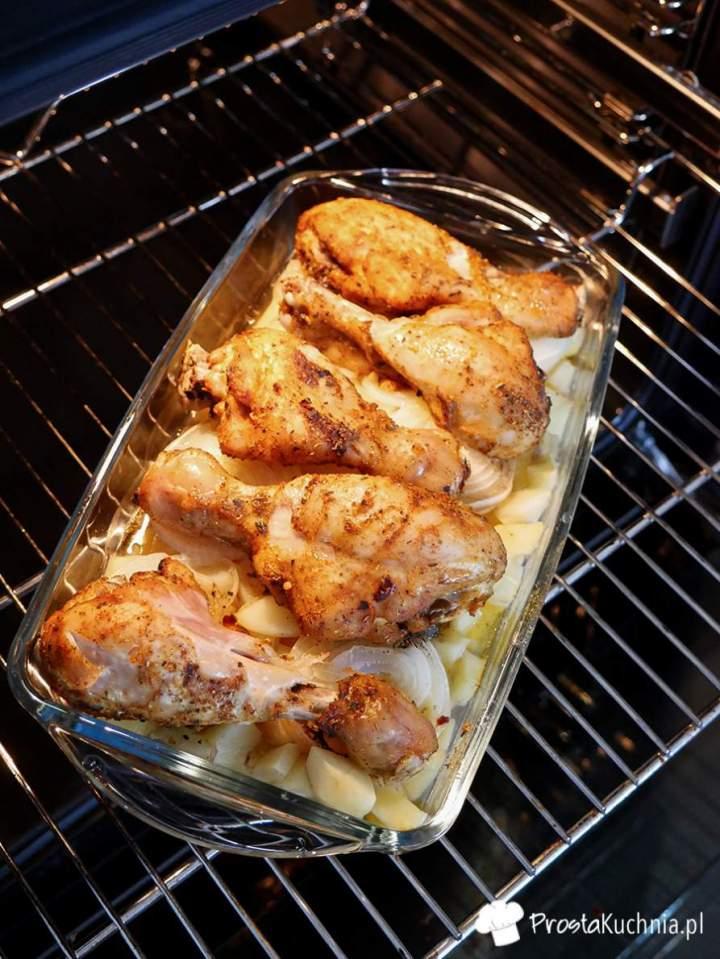 Pałki z kurczaka pieczone na ziemniakach