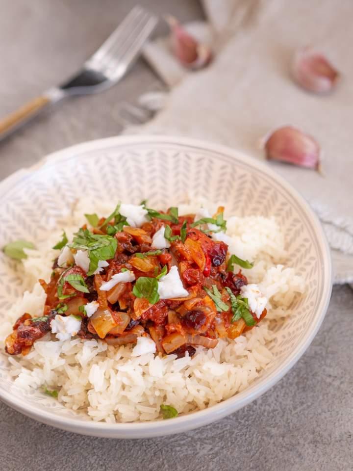 Ryż z sosem pomidorowym i żurawiną