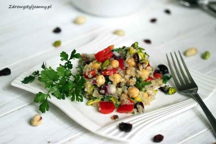 Sałatka z kaszą quinoa, pistacjami i ciecierzycą.