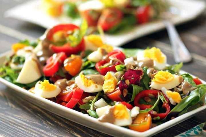 Sałatka z młodych liści z pomidorami, jajkiem i papryką.