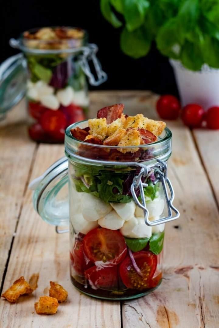 Sałatka warstwowa z mozzarellą i pomidorkami w słoiku