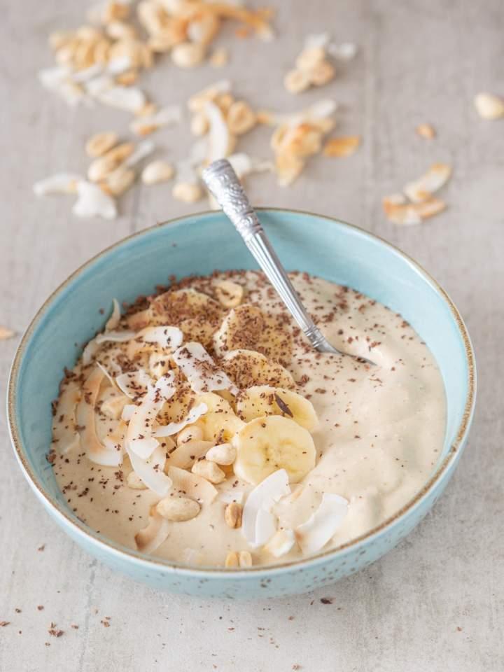 Smoothie bowl z masłem orzechowym