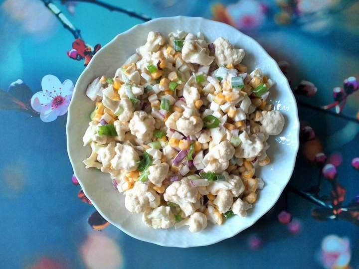 Sałatka z surowego kalafiora z jajkiem, kukurydzą i rzodkiewką