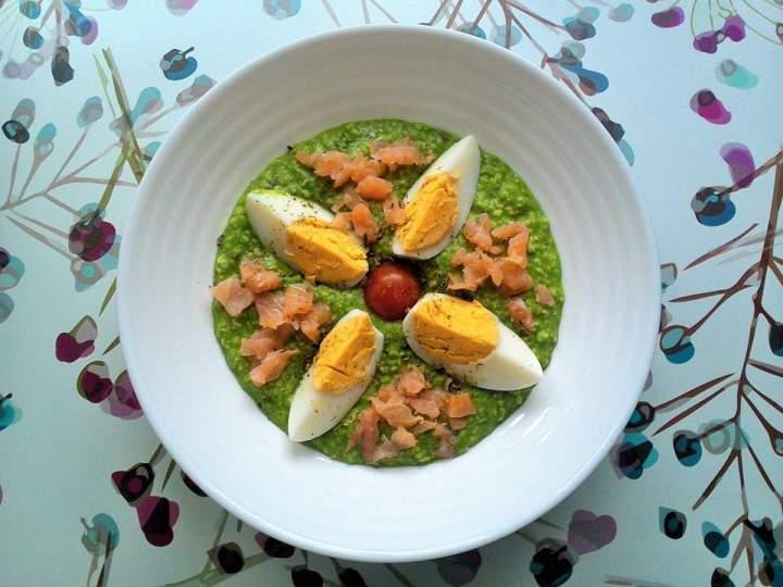 Szpinakowa owsianka z jajkiem i łososiem