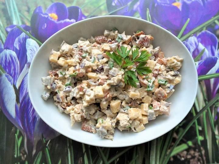 Sałatka z mięsem i warzywami z rosołu z żółtym serem i suszonymi pomidorami
