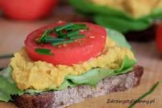 Wegańska pasta z ciecierzycy na kanapkę.