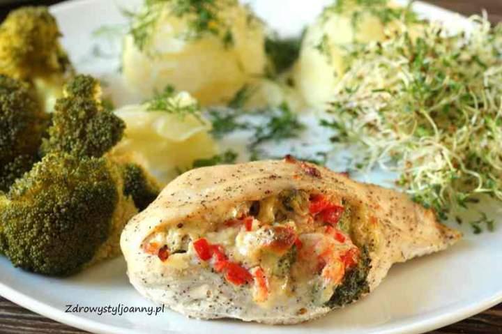 Zapiekana pierś z kurczaka faszerowana papryką i brokułem.