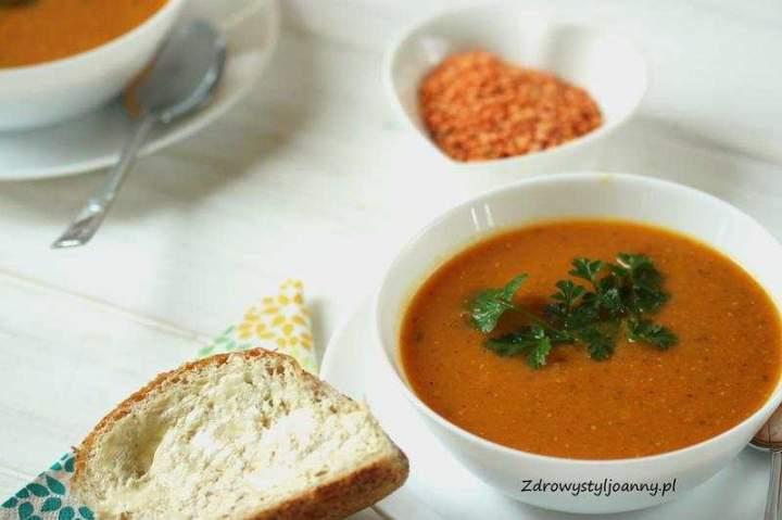 Zupa krem z soczewicy i pomidorów.