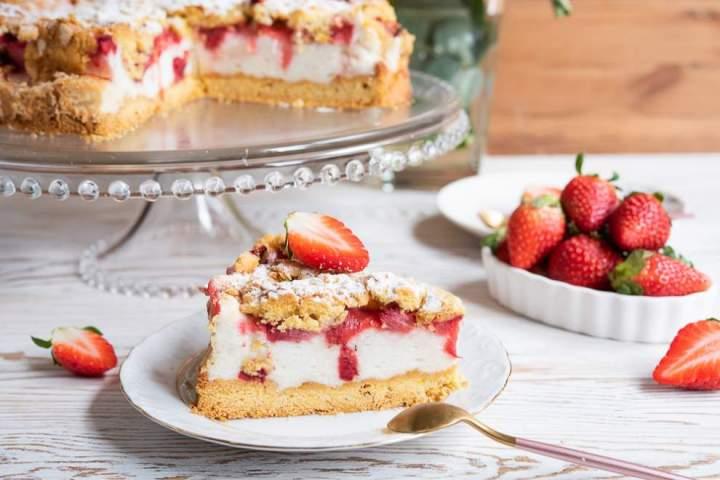 Ciasto z truskawkami i budyniową pianką