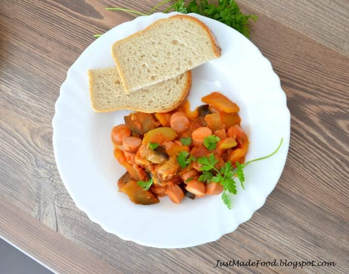 Gulasz warzywny z parówką