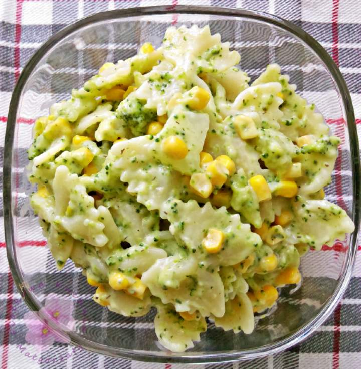 Sałatka makaronowa z brokułem i kukurydzą