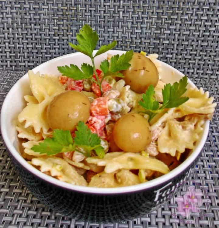 Sałatka makaronowa z marynowanymi pieczarkami