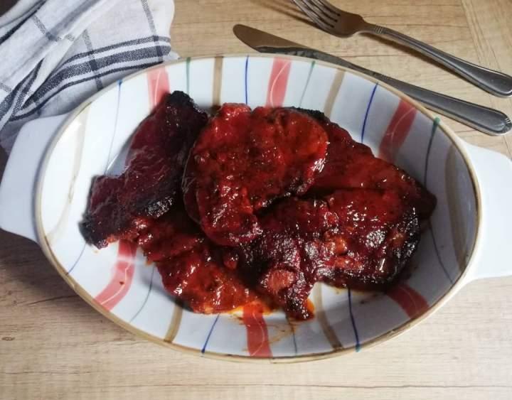 Karkówka w marynacie miodowo – pomidorowej
