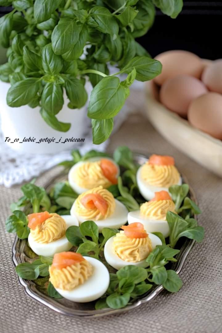 Jajka faszerowane łososiem wędzonym.